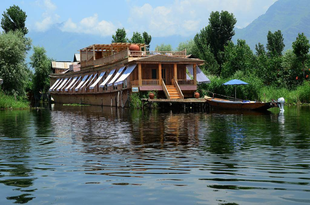 What is it like to live on a houseboat in Dal Lake, Srinagar?